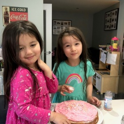 scarlett-and-lily-jane-decorate-a-raspberry-victoria-sandwich-cake